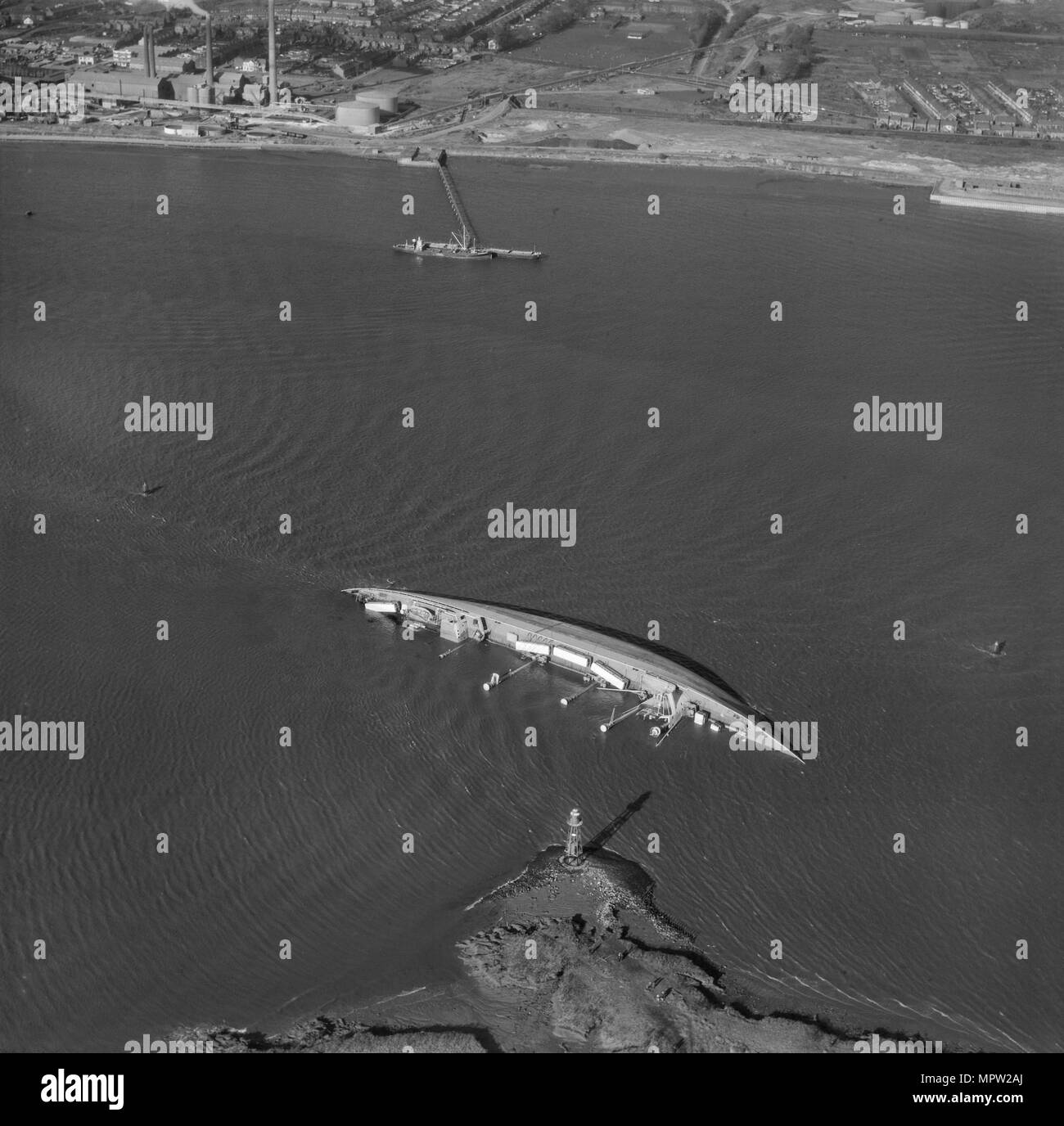 Shipwreck at Fiddler's Reach on the River Thames, London, November 1964. Artist: Freeman. - Stock Image