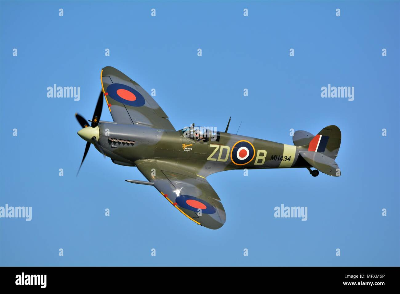 Spitfires fighter plane world war 2 famous aircraft flying ...