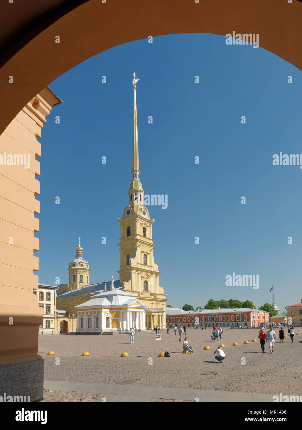 St. Petersburg, Russia, 25th May, 2018. Children make photos with an actor in image of Peter the Great at the St. Peter and Paul Cathedral in the first day of school vacation - Stock Image