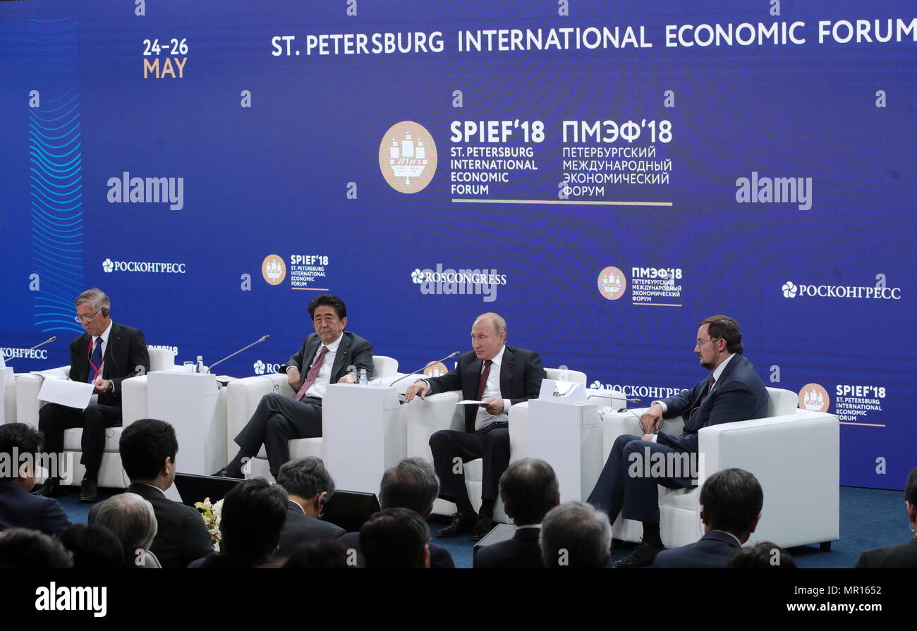 """ST PETERSBURG, RUSSIA - MAY 25, 2018: The President of the Japan Association for Trade with Russia & New Independent States (ROTOBO), Chairman of the Board at Kawasaki Heavy Industries, Shigeru Murayama (L), Japan's Prime Minister Shinzo Abe (2nd L), Russia's President Vladimir Putin (2nd R), the President of the all-Russian public organisation Business Russia (Delovaya Rossiya), Alexei Repik (R) at the """"Russia - Japan"""" session on Day 2 of the 22nd St Petersburg International Economic Forum at the ExpoForum Exhibition Centre. Sergei Bobylev/TASS Host Photo Agency Stock Photo"""
