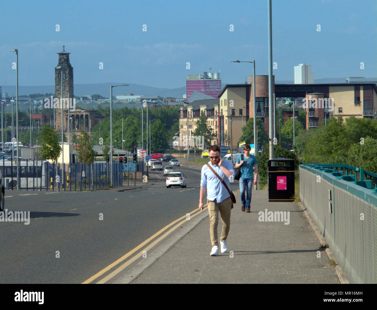 Glasgow, Scotland, UK 25th May.UK Weather: Sunny Summer weather cooks the city on its warmest day as the centre lets tourists and locals enjoy the sunThe Gorbaks was bathed in sunshine as workers chose to walk home from yje city centre in the hot weather.. Gerard Ferry/Alamy news - Stock Photo