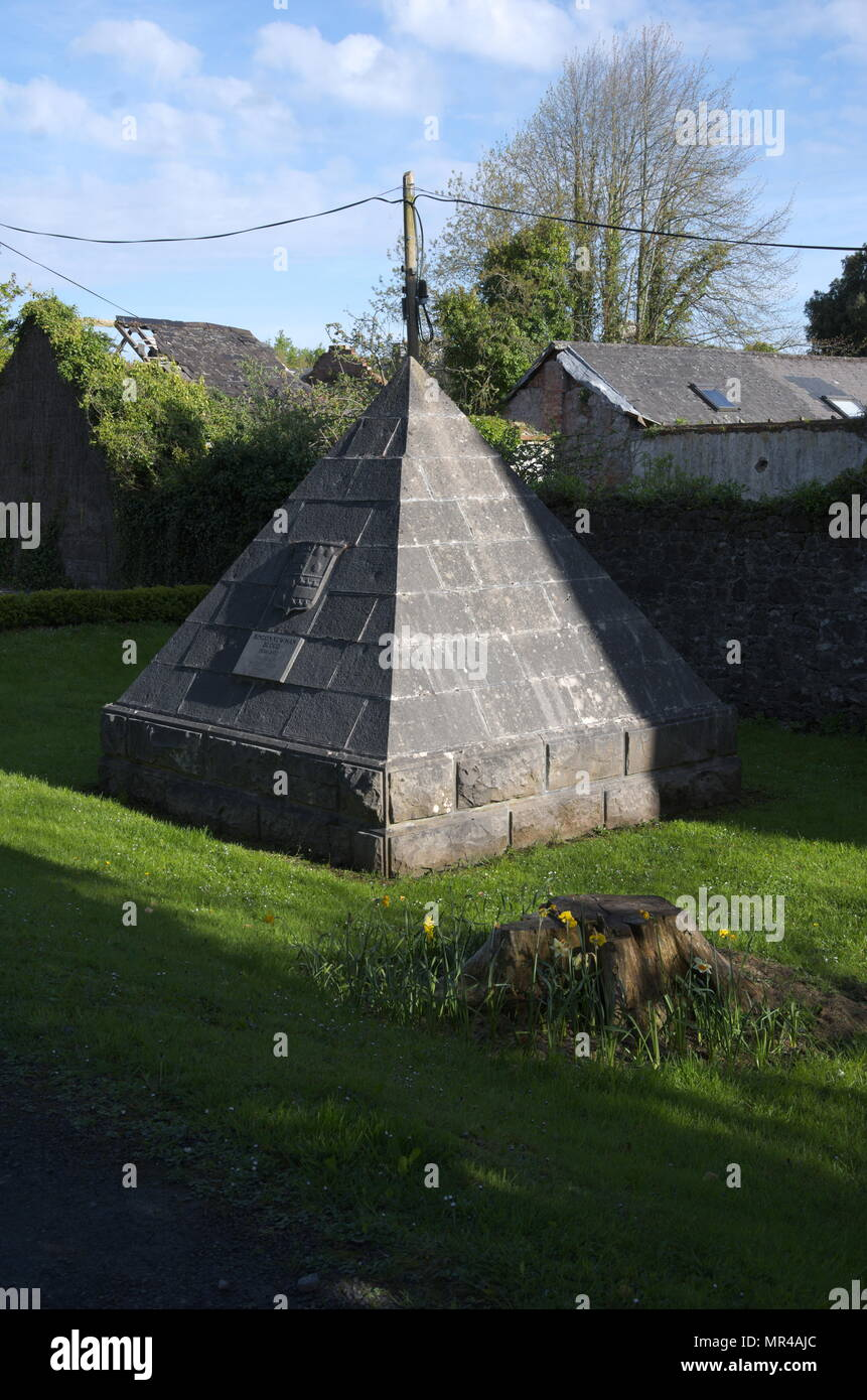 A coat-of-arms-emblazoned tooled limestone ashlar pyramid in Ennis - Stock Image
