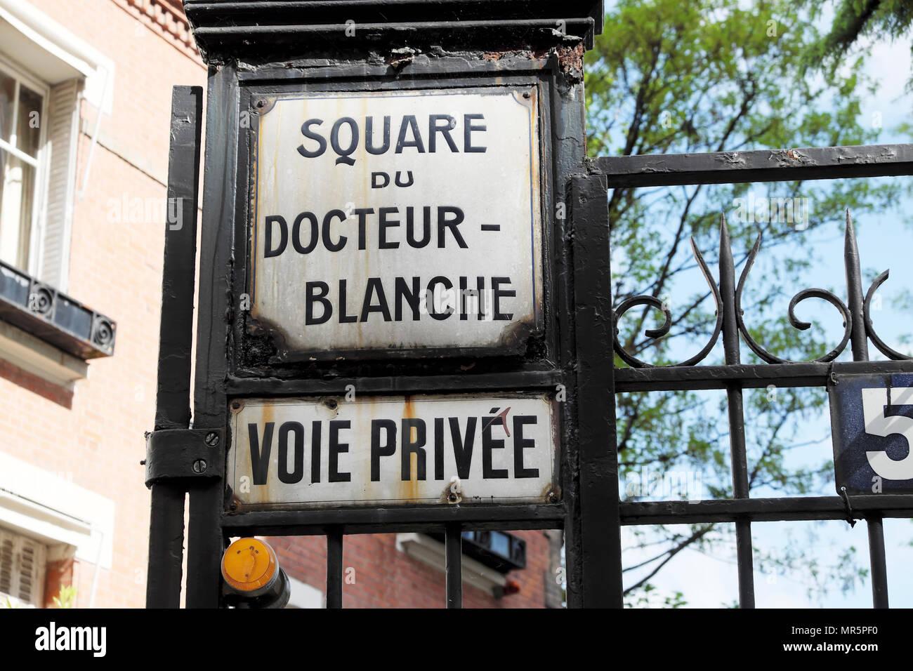 Maison La Roche Corbusier Paris square du docteur - blanche street sign on gate outside le