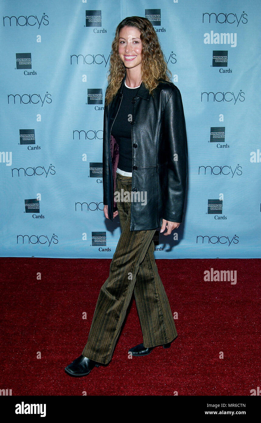 Shannon Elizabeth arriving at the 20th Macy's and American Express Anniversary Gala at the Barker Hangar in Santa Monica Los Angeles. September 28, 2002. ElizabethShannon128 Red Carpet Event, Vertical, USA, Film Industry, Celebrities,  Photography, Bestof, Arts Culture and Entertainment, Topix Celebrities fashion /  Vertical, Best of, Event in Hollywood Life - California,  Red Carpet and backstage, USA, Film Industry, Celebrities,  movie celebrities, TV celebrities, Music celebrities, Photography, Bestof, Arts Culture and Entertainment,  Topix, vertical, one person,, from the year , 2002, inqu - Stock Image