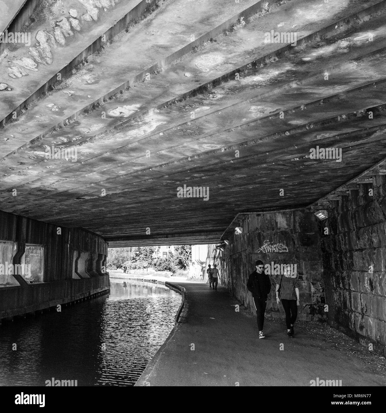Underbridge near Leeds city centre on the Leeds - Liverpool Canal. - Stock Image