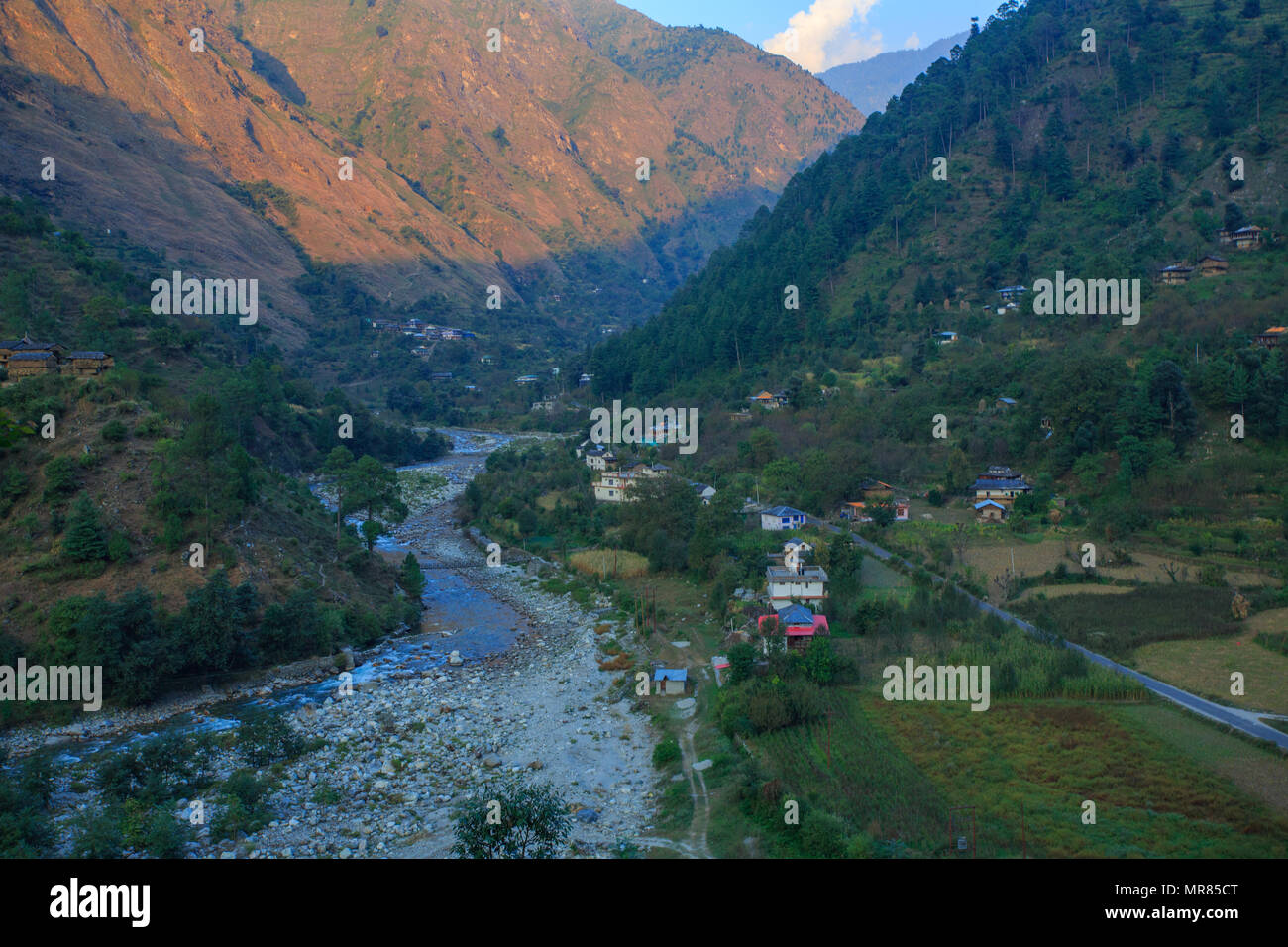 A picturesque village in Tirthan Valley (Himachal Pradesh, India) - Stock Image