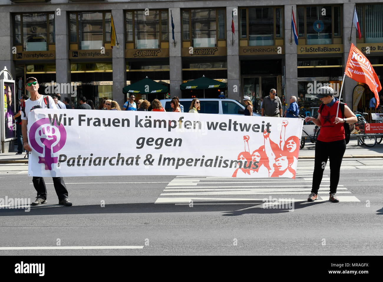 Vienna, Austria, 26th of May, 2018. A human chain for women rights and humanity in Vienna. An Austrian wide demonstration against dismantling of the welfare state, warmongering and the right-wing politics of division and exclusion organised by Plattform 20000 frauen(twenty  thousand women). Picture shows a banner with the inscription 'We women fight worldwide against patriarchy and imperialism'. Credit: Franz Perc / Alamy Live News - Stock Image