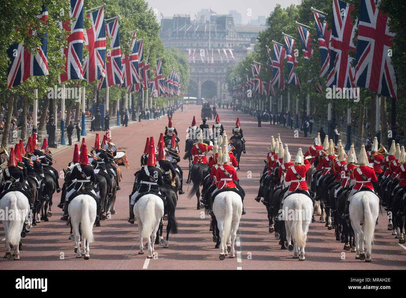 The Mall, London, UK. 26 May, 2018. Major General's Review is held in sweltering heat, the penultimate rehearsal for the Queen's Birthday Parade, also known as Trooping the Colour. 1400 soldiers from the Household Division and the King's Troop Royal Horse Artillery take part in this full scale rehearsal. Credit: Malcolm Park/Alamy Live News. Stock Photo