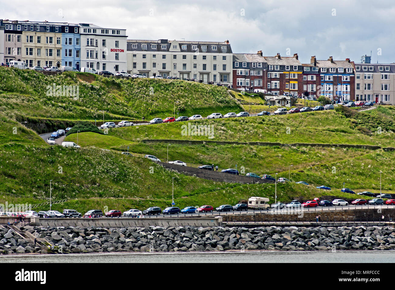 Peak time parking - cars parked from top to bottom on the zigzag layout of Albert Road in Scarborough's North Bay. - Stock Image