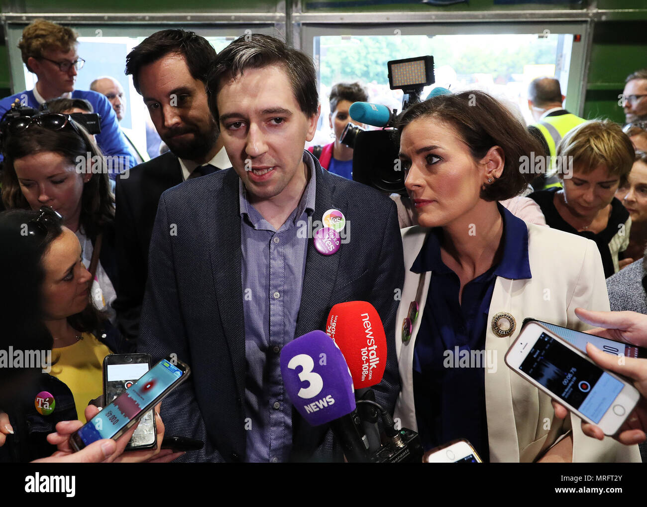 Minister for Health Simon Harris (centre) with Fine Gael's Kate O'Connell speaks to the media on arrival at the count centre in Dublin's RDS as votes are counted in the referendum on the 8th Amendment of the Irish Constitution which prohibits abortions unless a mother's life is in danger. Picture date: Saturday May 26, 2018. See PA story IRISH Abortion. Photo credit should read: Brian Lawless/PA Wire - Stock Image
