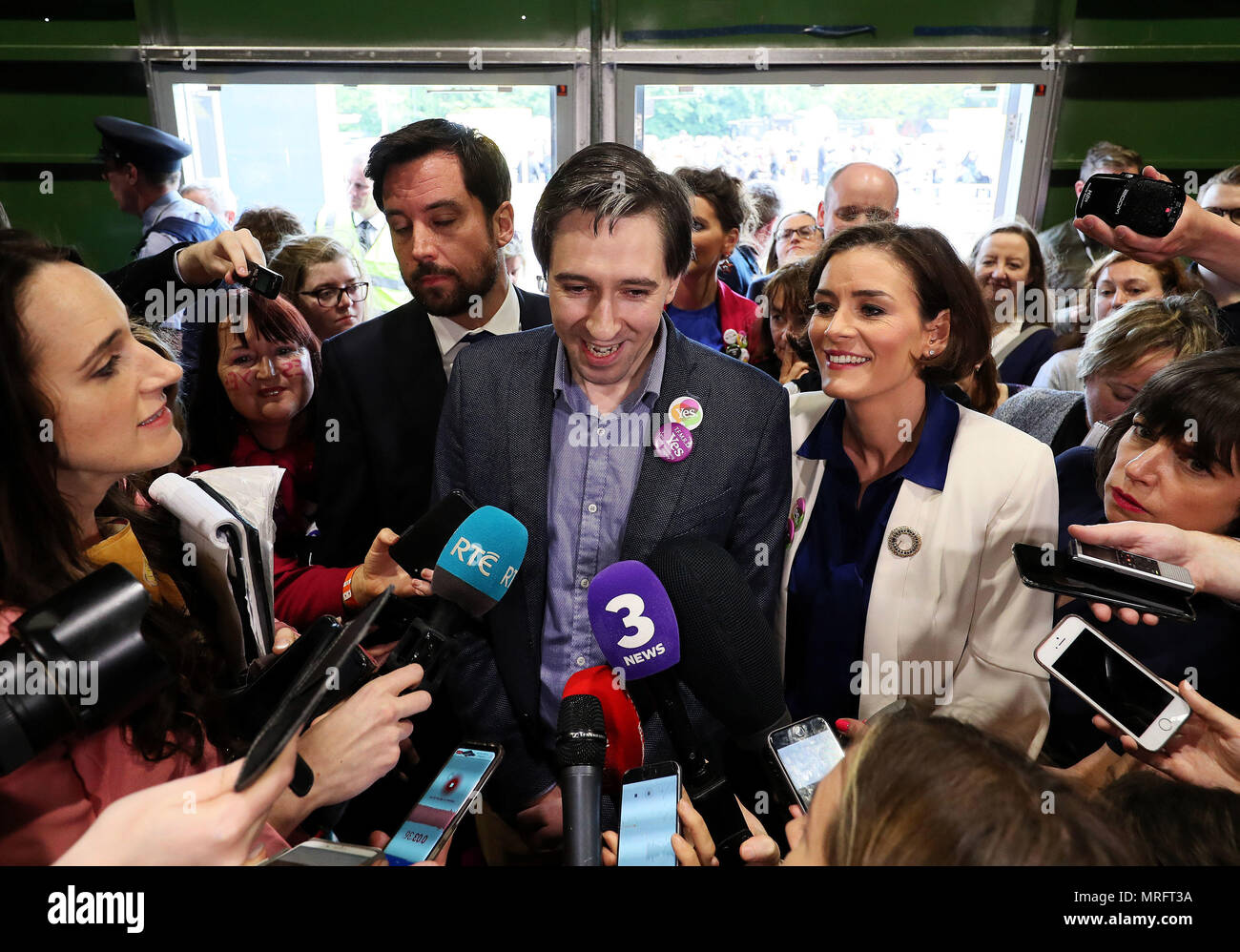 Minister for Health Simon Harris (centre) with Fine Gael's Kate O'Connell and Housing Minister Eoghan Murphy (left) speaks to the media on arrival at the count centre in Dublin's RDS as votes are counted in the referendum on the 8th Amendment of the Irish Constitution which prohibits abortions unless a mother's life is in danger. Picture date: Saturday May 26, 2018. See PA story IRISH Abortion. Photo credit should read: Brian Lawless/PA Wire - Stock Image