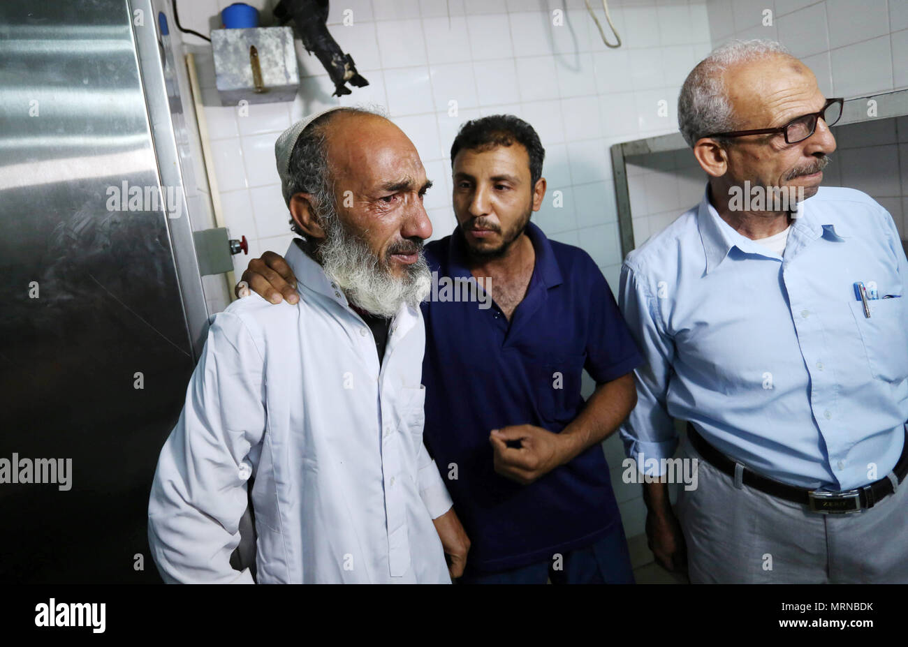 Khan Younis, Gaza Strip, Palestinian Territory. 27th May, 2018. Relatives  of a Palestinian man who killed after Israeli artillery shelling, ...
