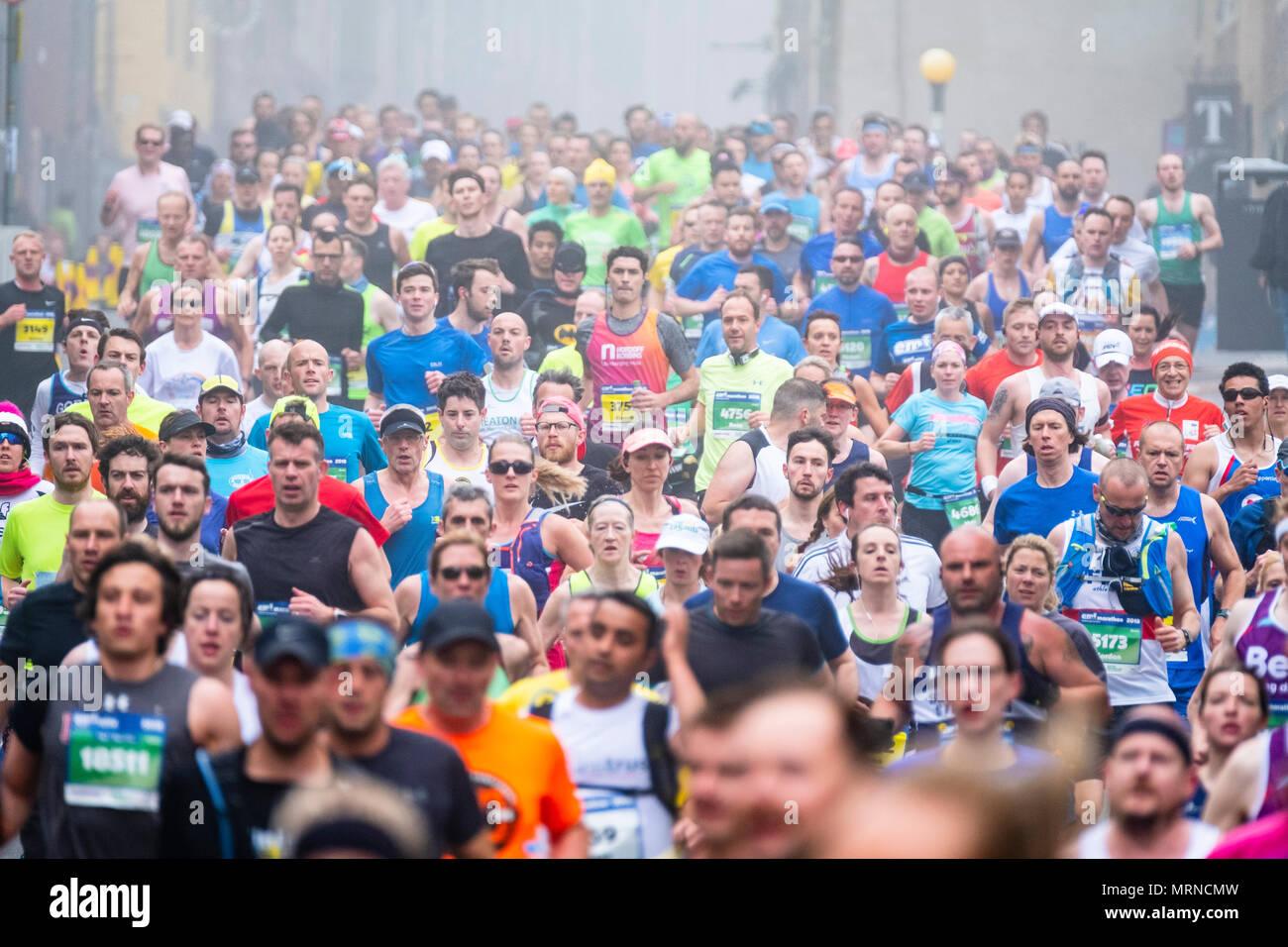 Edinburgh, Scotland, UK. 27 May, 2018. Runners make their way down the Royal Mile towards the Scottish Parliament Building at Holyrood during the Edinburgh Marathon 2018 Credit: Iain Masterton/Alamy Live News - Stock Image