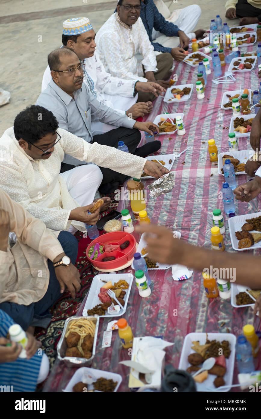 Pilgrims from Bangladesh breaking the fast for Ramadan in Jeddah, Saudi Arabia - Stock Image