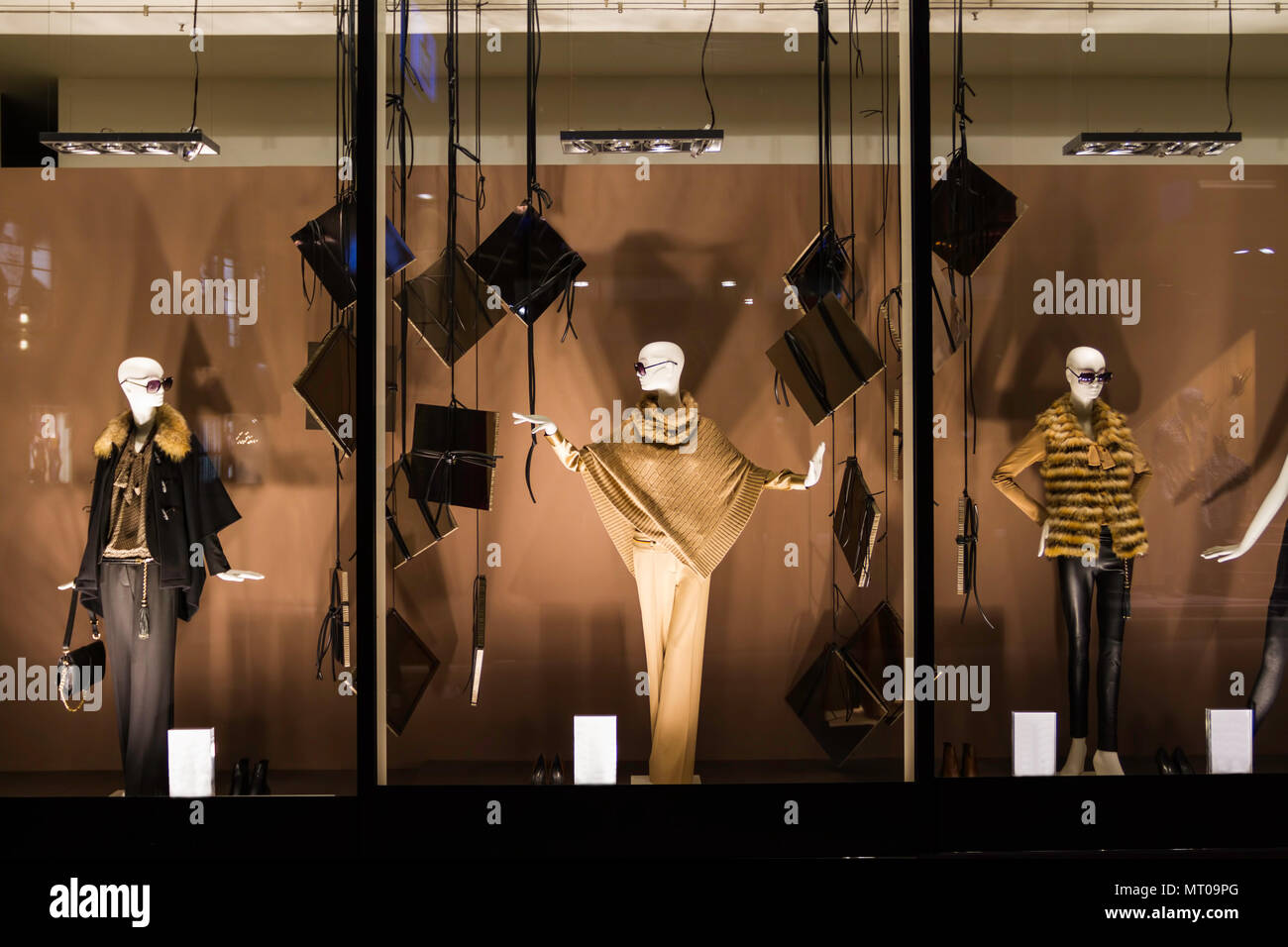 8e7e0b4781c Mannequins standing in the shop window Display casual clothing store ...