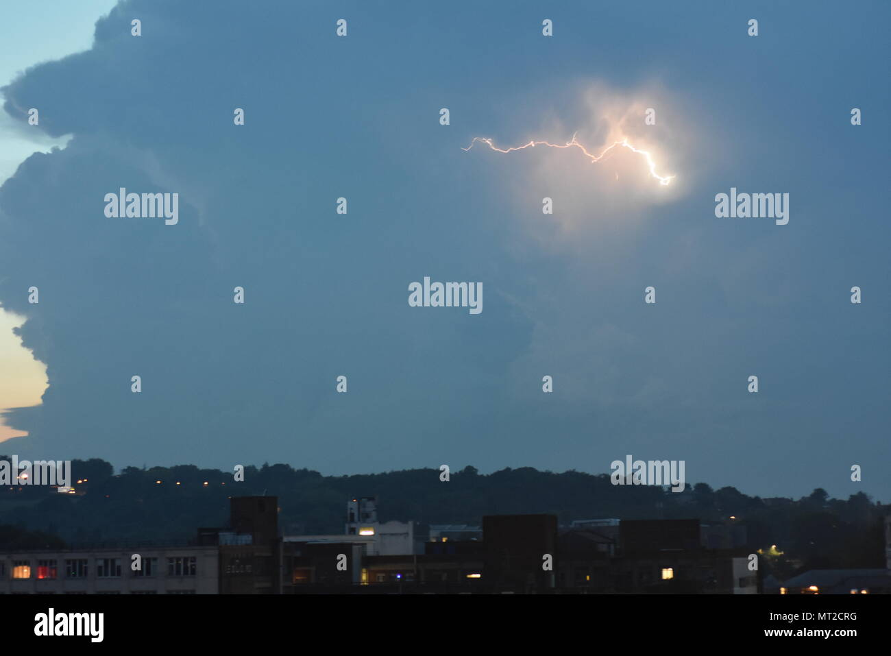 London, UK. 27th May 2018. Second day of the Thunderstorm lights up the skies over London with more lightning as the Bank holiday continues. Bolts of lightning flash and crack up in the clouds in what is being called the Mother of all thunder storms. The temperature is currently around 20 degrees and is predicted to reach 29 tomorrow so we can expect to get more thunder and lightning throughout the bank holiday. Credit: Ricardo Maynard/Alamy Live News - Stock Image