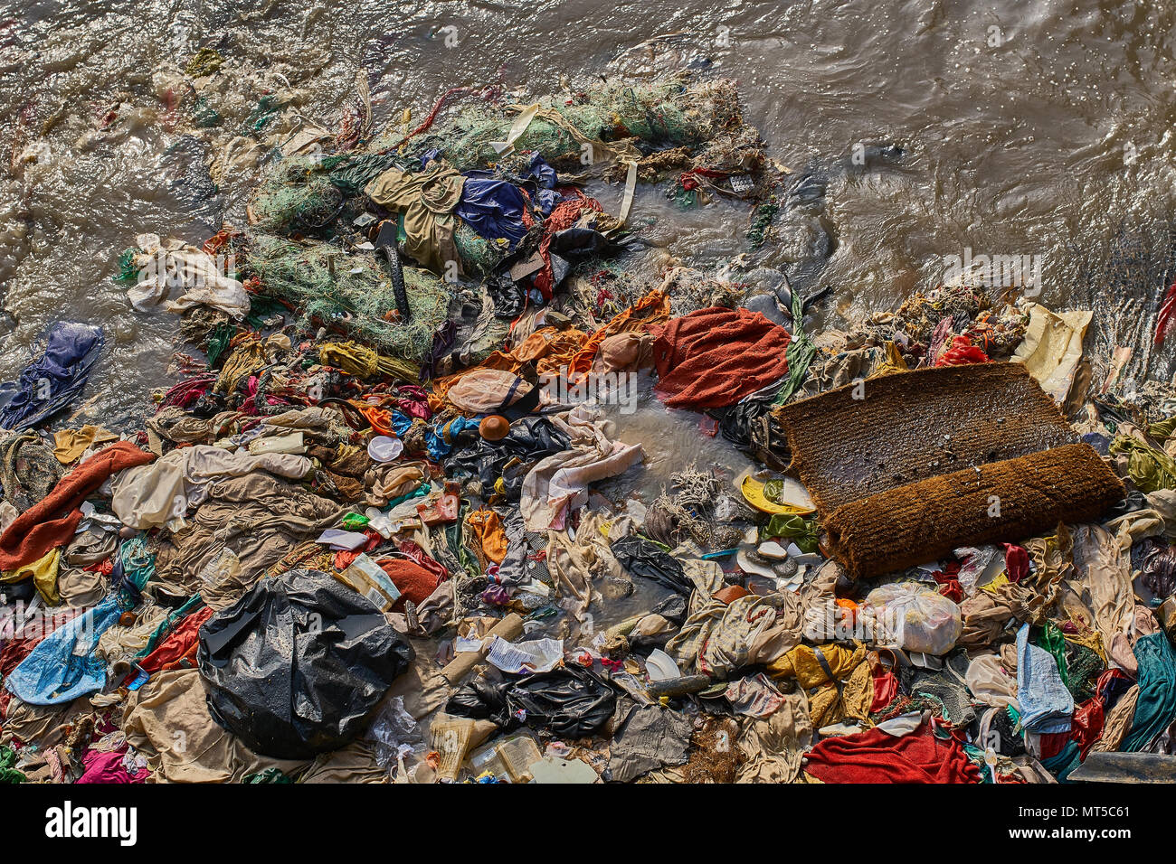 Top shot of extremely dirty ocean water next to the Gateway of India in Mumbai. - Stock Image