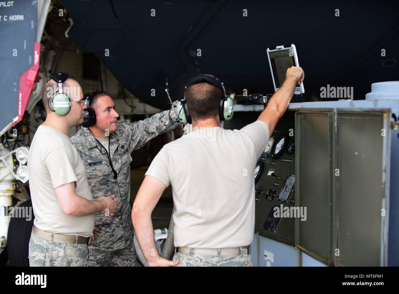Aircraft electrical and environmental system technicians with the 509th and 131st Aircraft Maintenance Squadrons set up a cabin pressure tester cart at Whiteman Air Force Base, Mo., July 27, 2017. Cabin pressurization creates a safe and comfortable environment for the pilots when they fly missions at altitudes as high as 50,000 feet. (U.S. Air Force photo/Staff Sgt. Danielle Quilla) - Stock Image