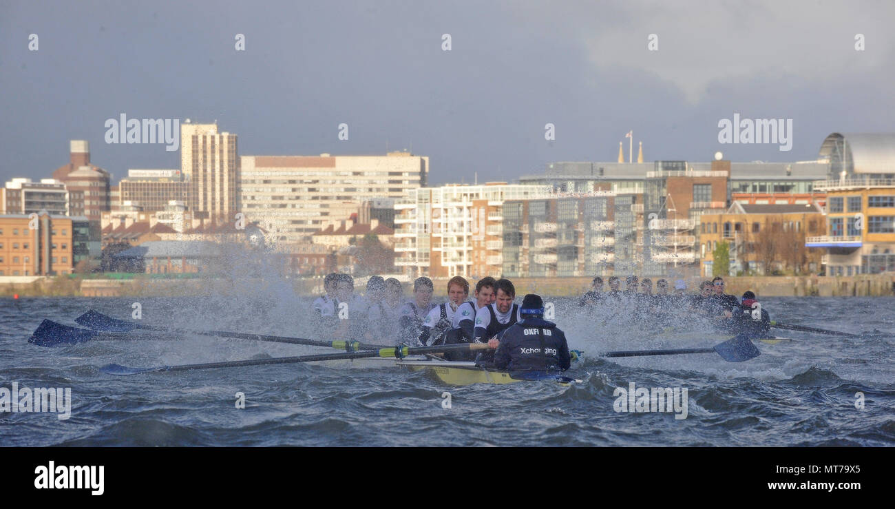 """Putney, GREAT BRITAIN,   Oxfords' """"Perky""""  foreground  on the Surrey station, rowing through the rough water bow, Basil Gruter, Alec Dent, Ben Ellison Stock Photo"""