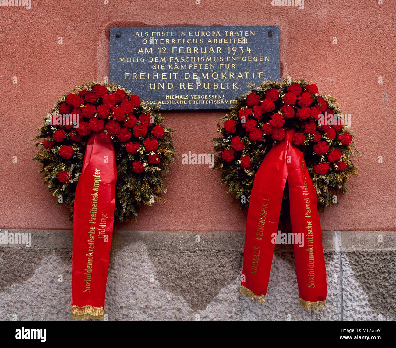 Austrian Civil War or February Uprising. Four days of skirmishes between socialists and the Austrian Army. 12-16 February, 1934. The building Karl Marx Holf, of Period 'Red Vienna' (1918-1934) was a battlefield during the short-lived Austrian civil war. Commemorative plaque on the wall of the building: 'the first to face fascism in Europe were the Austrian workers. They fought for freedom, democracy and republic. We never forget !. Socialists fighters for freedom'. Vienna, Austria. - Stock Image