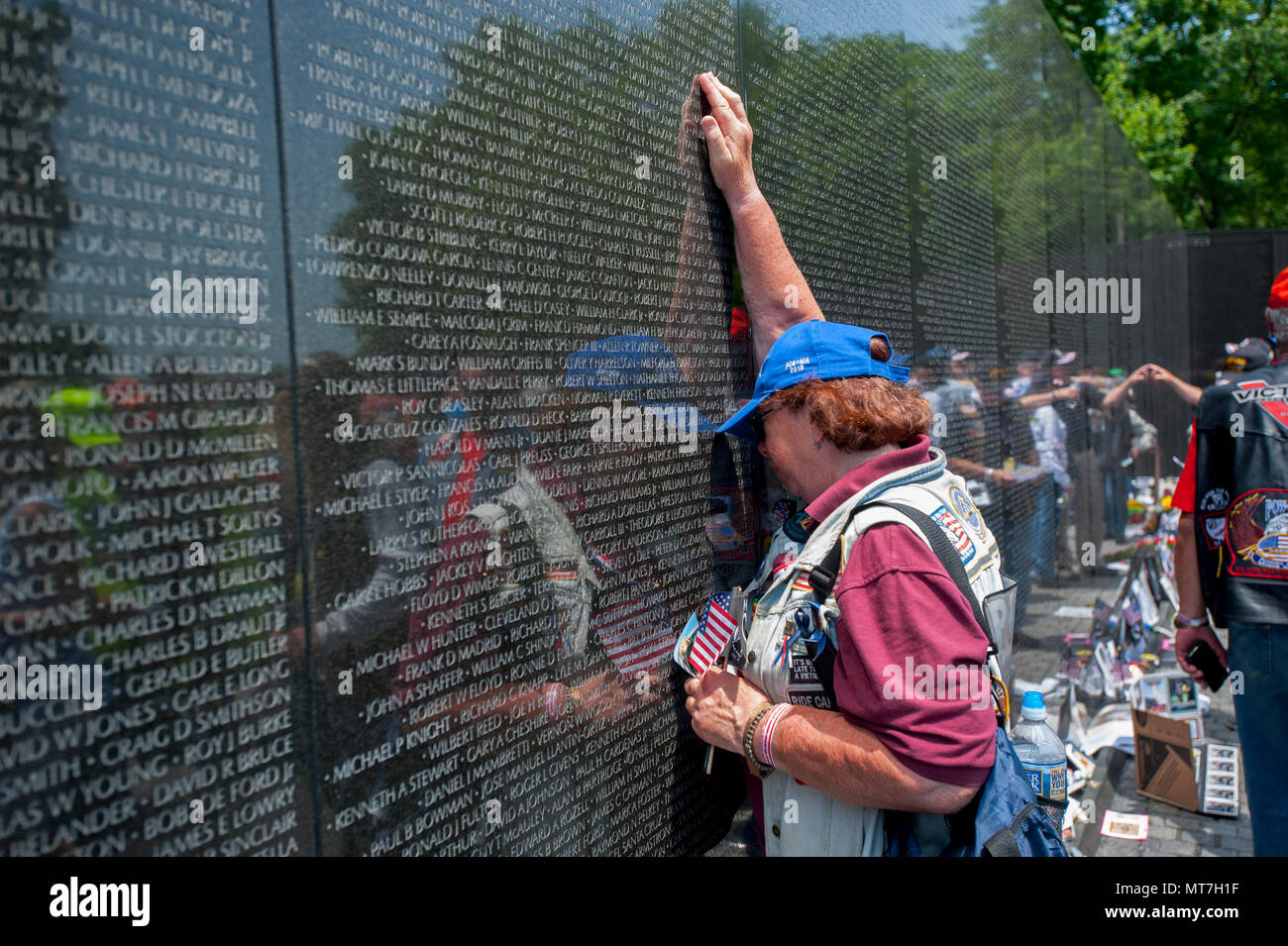 USA Washington DC Vietnam War Memorial Wall People come to grieve and remember loved ones and bring items to honor them - Stock Image