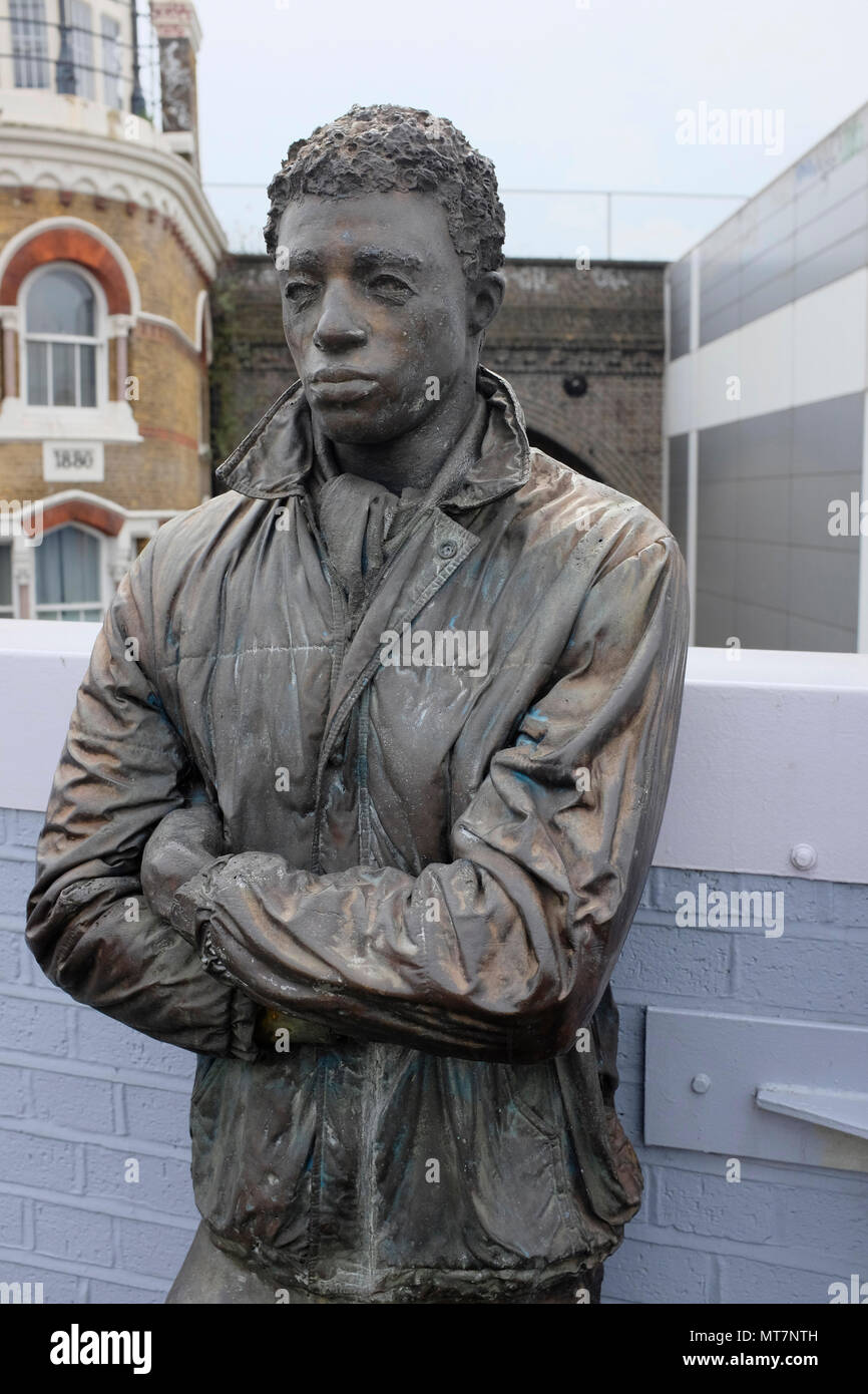 One of three statues of waiting passengers on Brixton Station. Platform Pieces by Kevin Atherton, 1986. - Stock Image