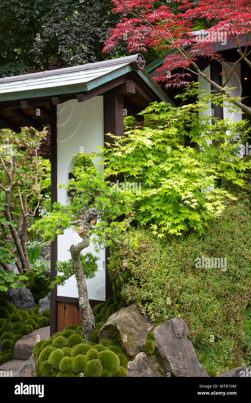 O-mo-te-na-shi no NIWA - The Hospitality Garden, a traditional Japanese garden featuring a garden house surrouned by Acer trees designed by Ishihara K - Stock Image