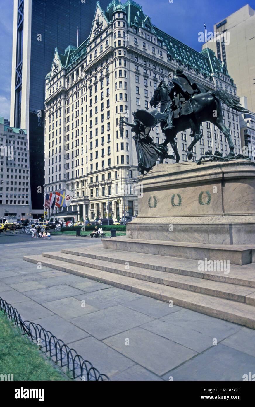 1988 HISTORICAL PLAZA HOTEL SHERMAN MONUMENT FIFTH AVENUE MIDTOWN MANHATTAN NEW YORK CITY USA - Stock Image