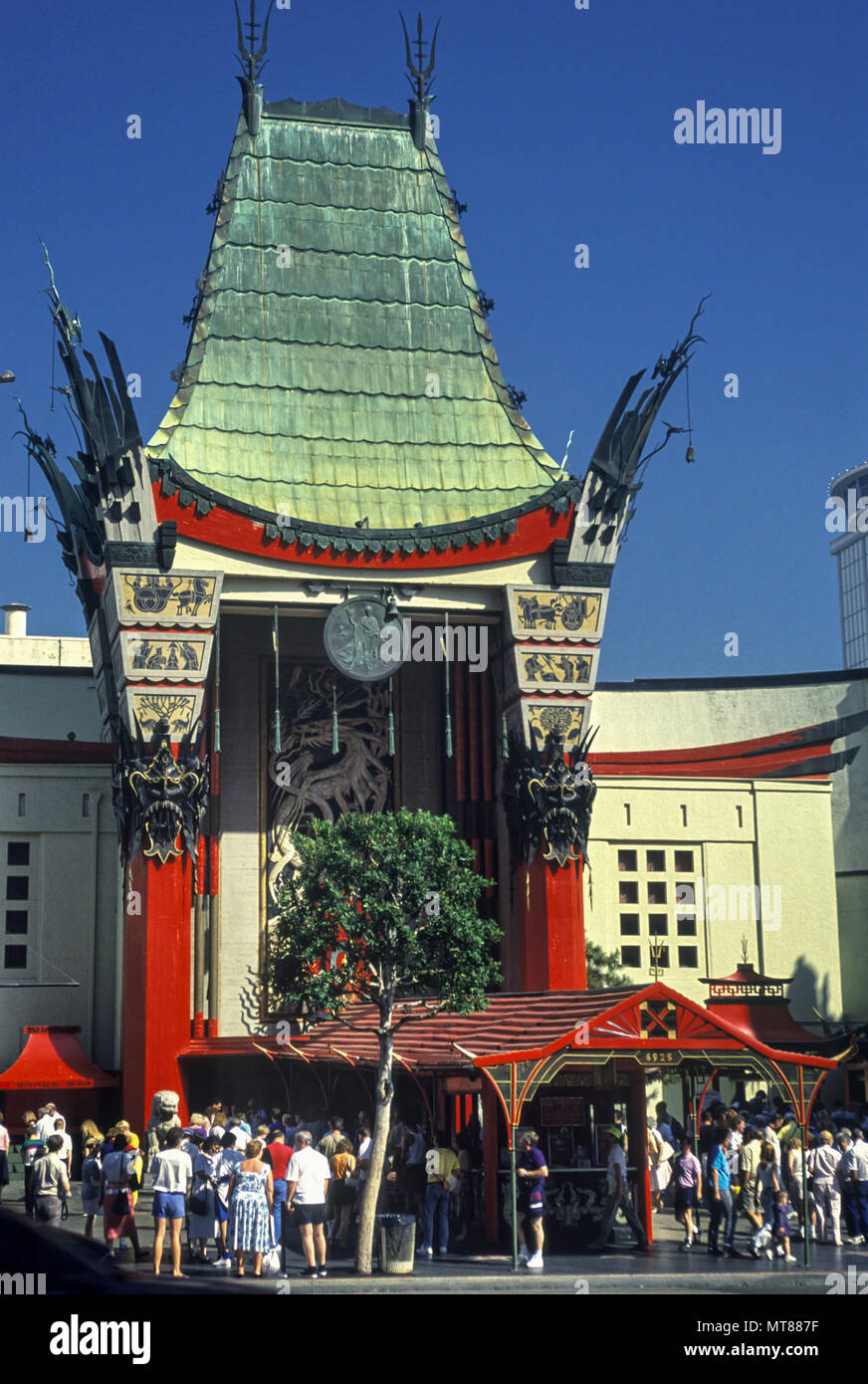 1990 HISTORICAL GRAUMAN'S CHINESE THEATER (©MAYER & HOLLER 1927) WALK OF FAME HOLLYWOOD BOULEVARD LOS ANGELES CALIFORNIA USA - Stock Image
