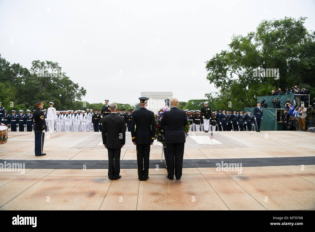 U.S President Donald Trump, right, Army Maj. Gen. Michael Howard, center, and Secretary of Defense James Mattis stand in silence during a wreath ceremony at the Tomb of the Unknown Soldiers during the 150th annual National Memorial Day Observance at Arlington National Cemetery May 28, 2018 in Arlington, Virginia. - Stock Image