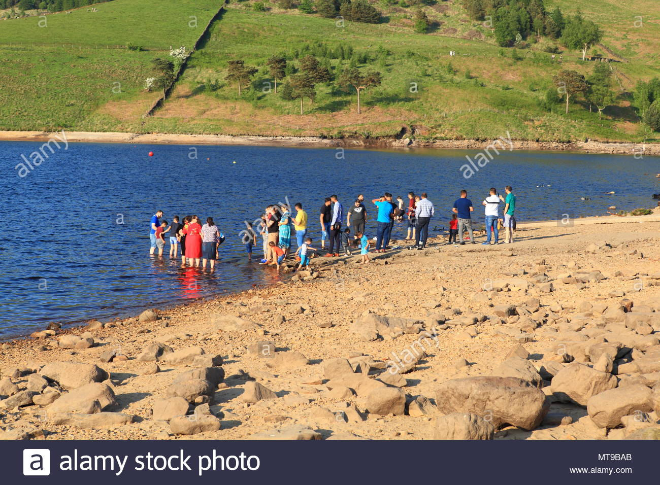 A Group Of Asian Families Enjoying The May Bank Holiday Sunshine At Dovestone Reservoir Greenfield Oldham Greater Manchester May 2018 - Stock Image
