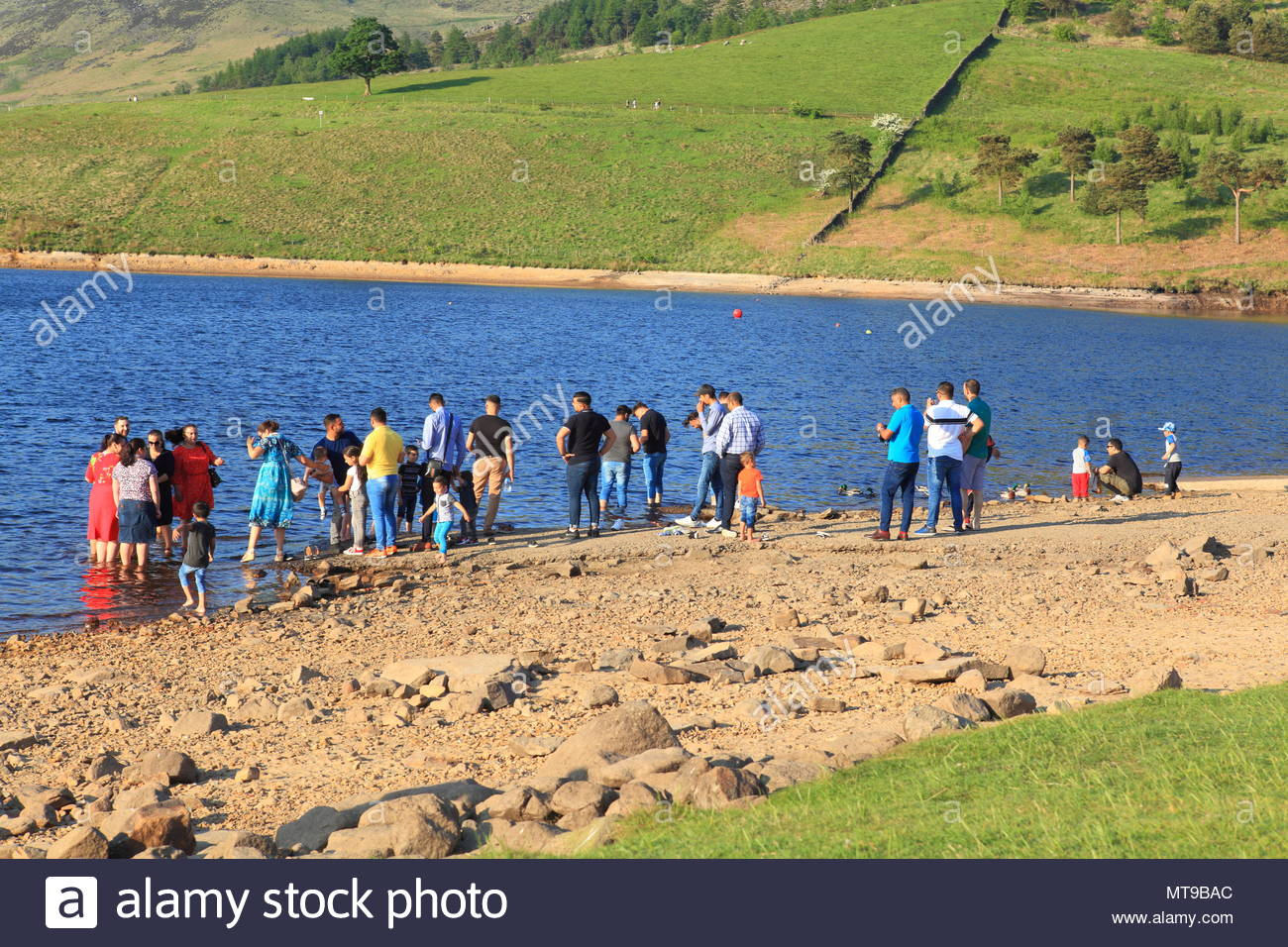 A Group Of Asian Families Enjoying The May Bank Holiday Sunshine At Dovestone Reservoir Greenfield Oldham Greater Manchester May 2018 Stock Photo