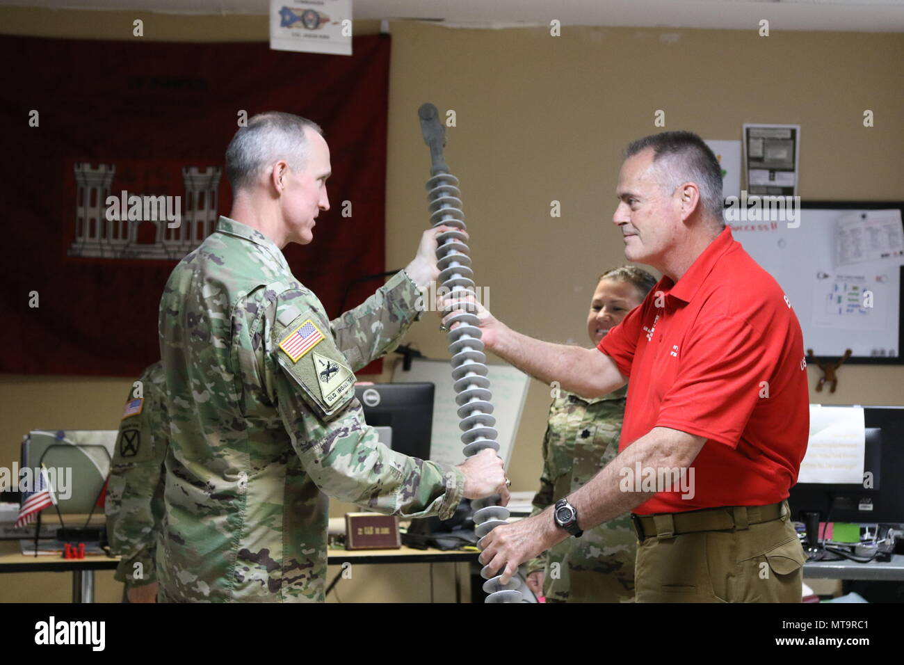 U.S. Army Colonel Jason Kirk conducts a battle rhythm handover to LTC Kristen Dahle in San Juan, Puerto Rico. - Stock Image