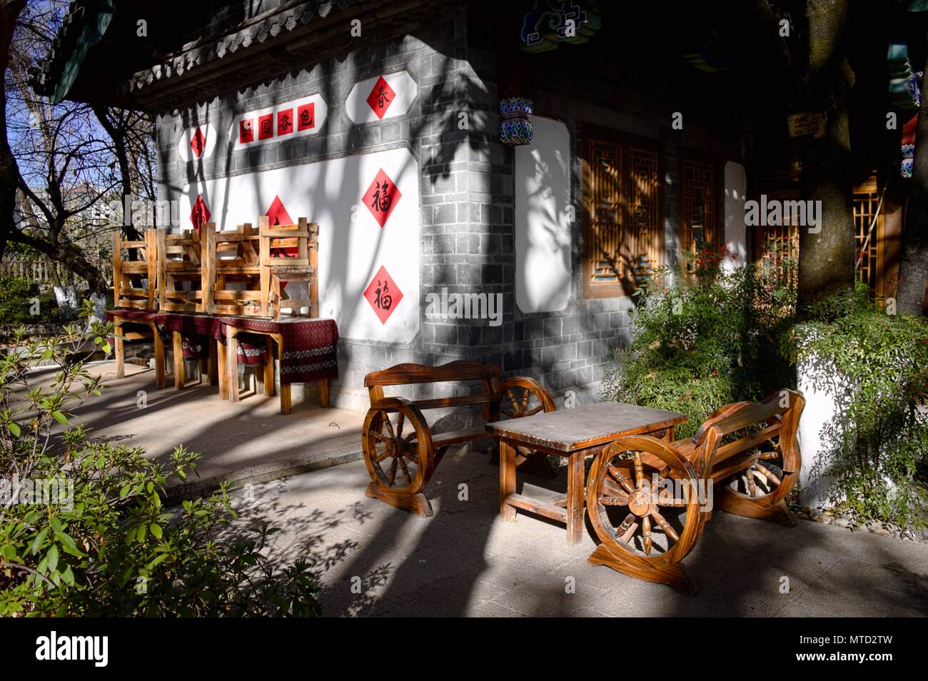 Wooden table with wheels in the garden (Lijiang, Yunnan, China) - Stock Image