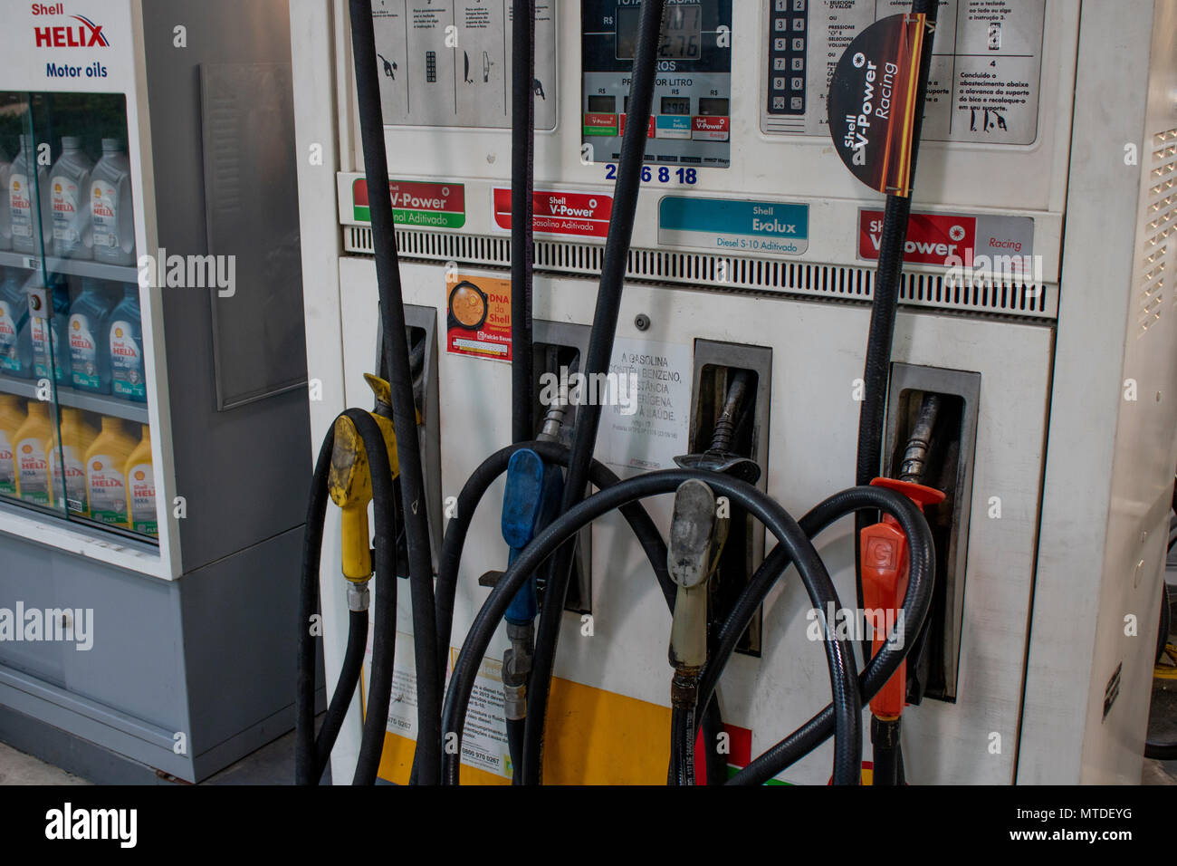 Sao Paulo, SP, Brazil. 29th May, 2018. People queue for fuel at a petrol station in São Paulo, on May 29 2018 on the nine day of a strike to protest rising fuel costs in Brazil. A truckers' strike paralyzing fuel and food deliveries across Brazil entered an eighth day Monday but with hopes of relief after unpopular President Michel Temer caved in to the strikers' key demand Credit: Alf Ribeiro/Alamy Live News Stock Photo
