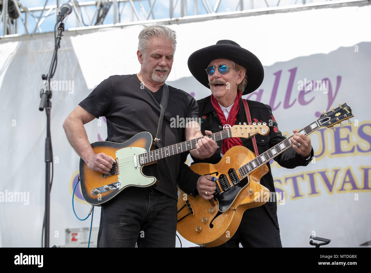 Simi Valley, California, USA. 26th May, 2018. Musician - LIGHTNIN WILLIE [right] PETE ANDERSON [left] performing at The Simi Valley Cajun and Blues Festival 2018, Santa Susana Community Center, Simi Valley, California, USA, May 26, 2018. This is the 29th year for the festival which supports the local Rotary Club.Credit Image cr Greg Papazian/ZUMA Press Credit: Scott Mitchell/ZUMA Wire/Alamy Live News - Stock Image