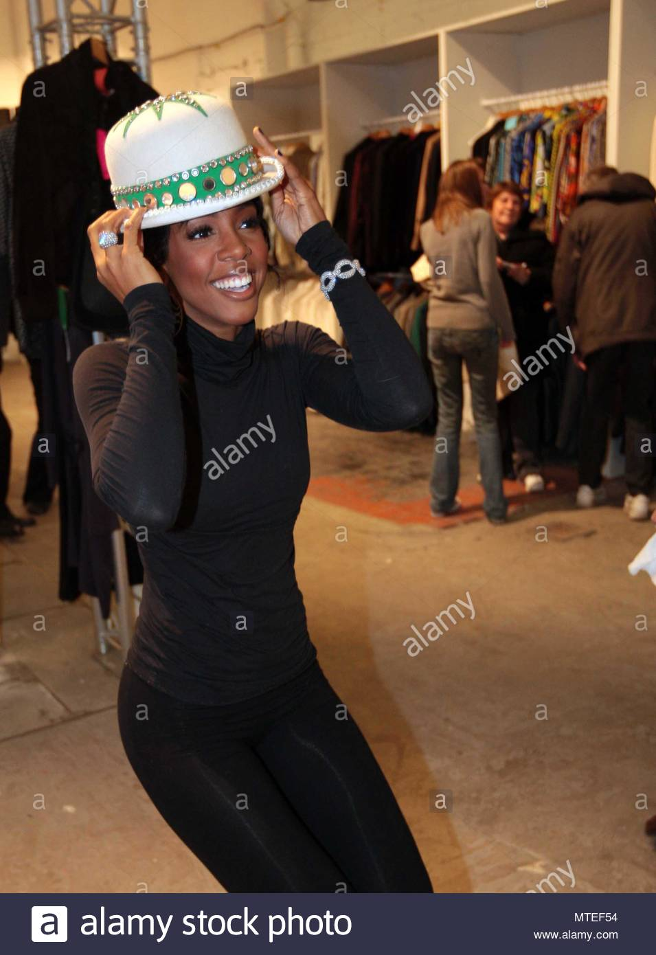 Kelly Rowland. US singer Kelly Rowland surprised shoppers when she ...