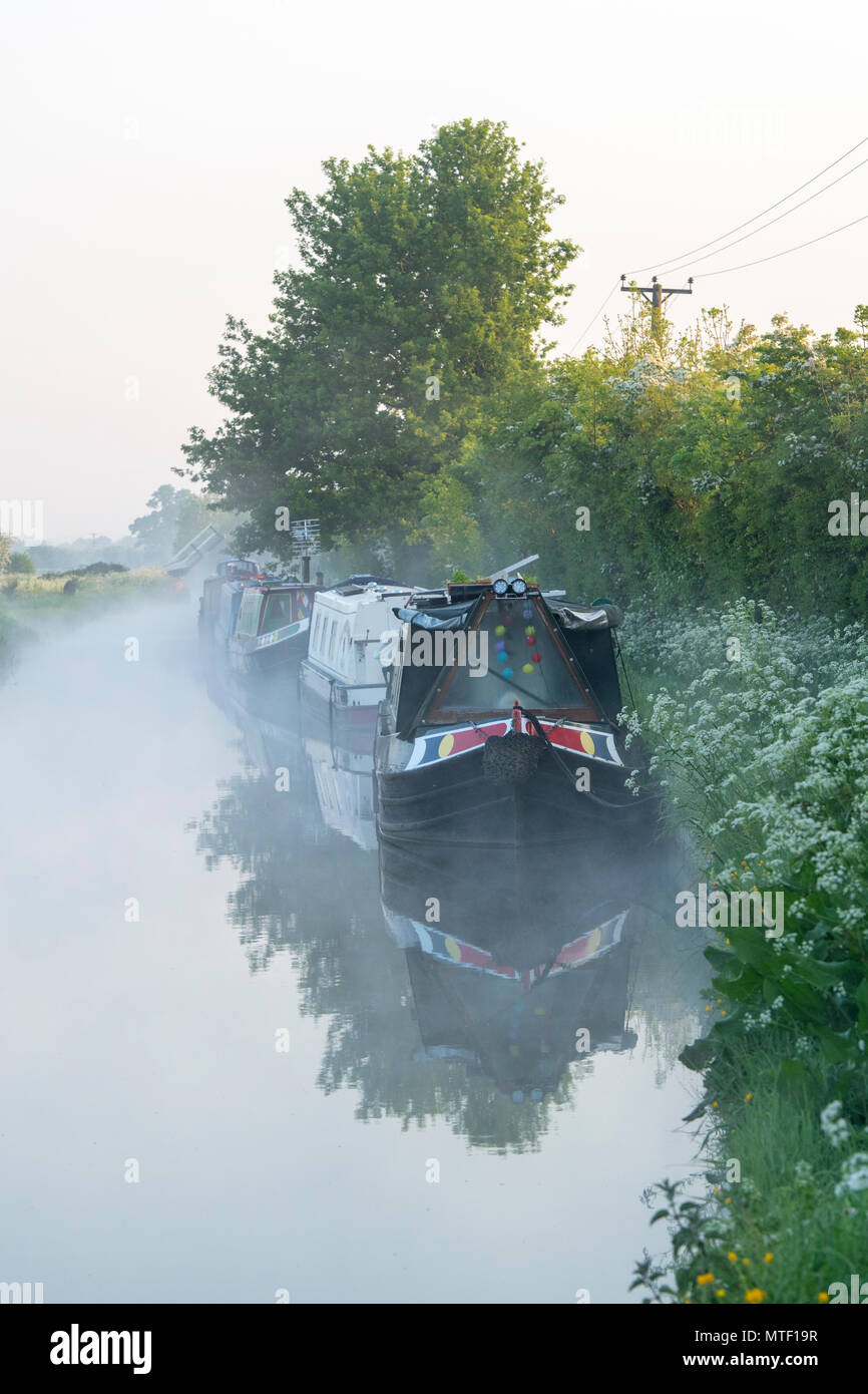 Canal boats on the oxford canal on a spring morning. Kings Sutton, Oxfordshire / Northamptonshire border, England - Stock Image