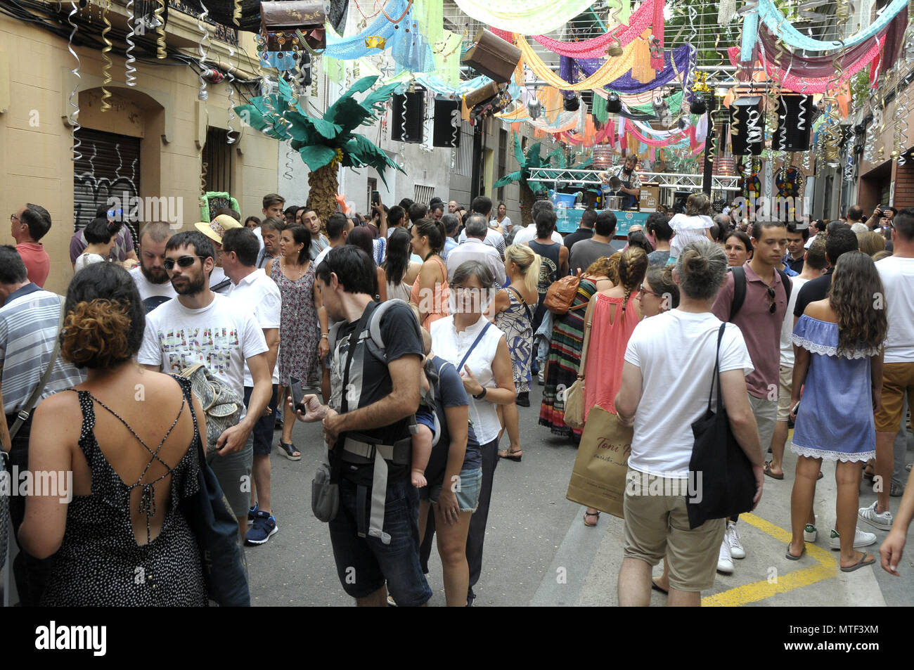 STRETS DECORETED DURING GRACIA DISTRICT SUMMER FESTIVAL IN BARCELONA, PEOPLE VISITING THE DIFERENT STREETS DECORATIONS AROUND GRACIA FEST. Foto: Rosmi - Stock Image