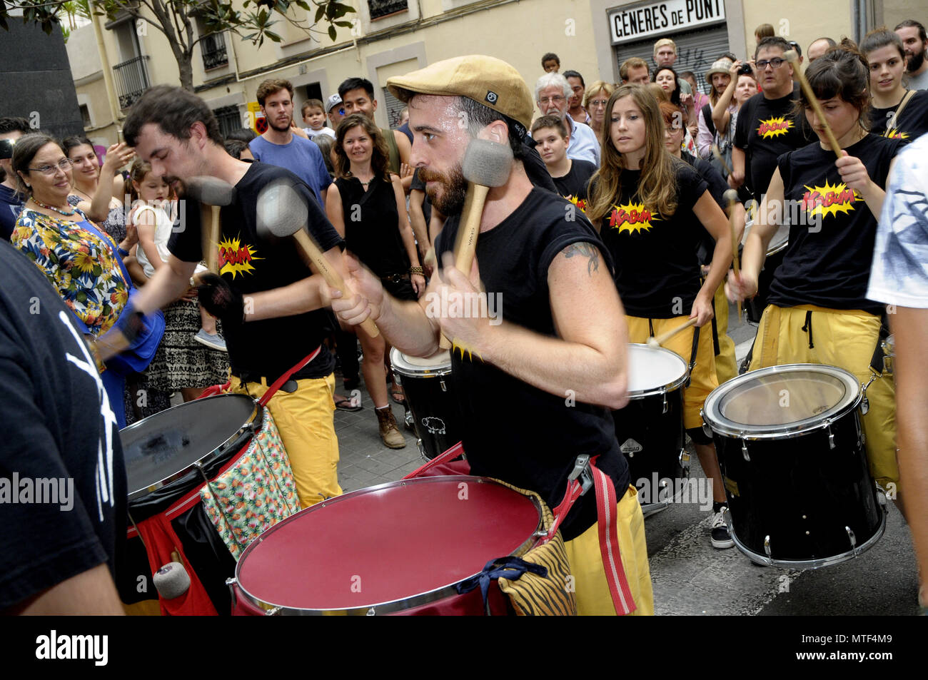 band of musicians and drummers through the streets of the district of Gracia in barcelona during the GRACIA SUMMER FEST Barcelona.  Rosmi Duaso - Stock Image