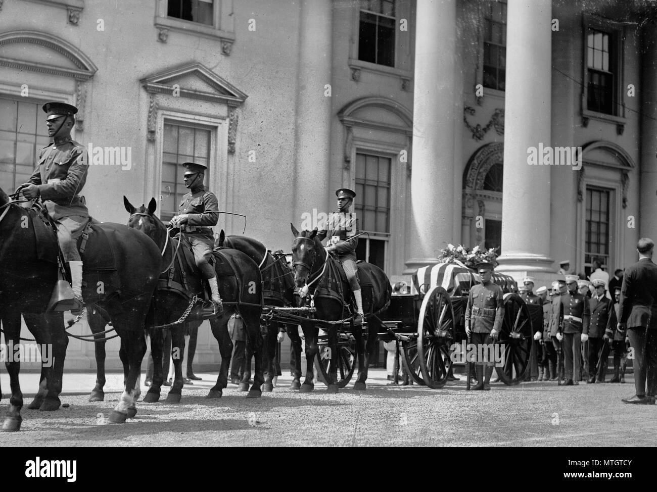 Funeral of US President Warren G. Harding. Horse drawn coffin in procession outside of the White House. 1923 - Stock Image