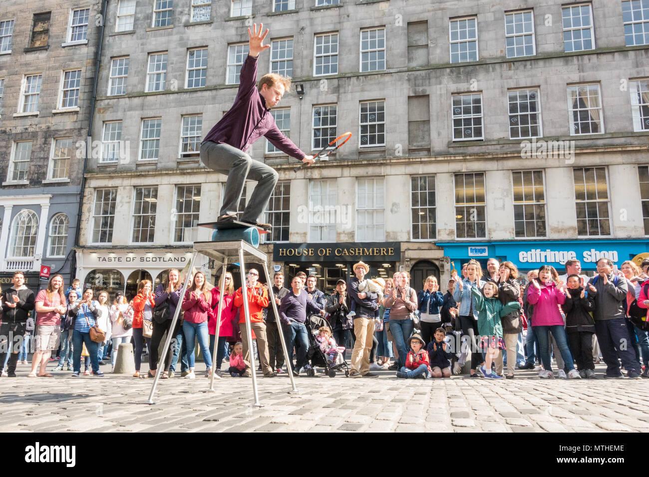 Street Performer entertaining a large crowd outside the Edinburgh Fringe Shop (Edfinge Shop) on the Royal Mile, Edinburgh, Scotland, UK - Stock Image