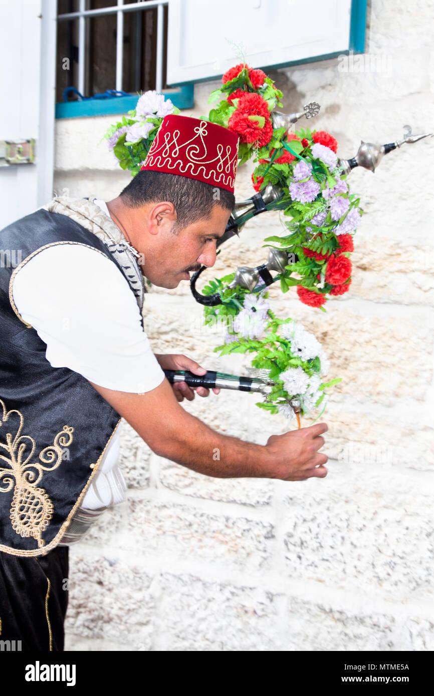 BETHLEHEM, ISRAEL - APRIL 28: Palestinian make a leaving from serving tea on the street in Bethlehem on April 28, 2012. Bethlehem, West Bank, Palestin - Stock Image