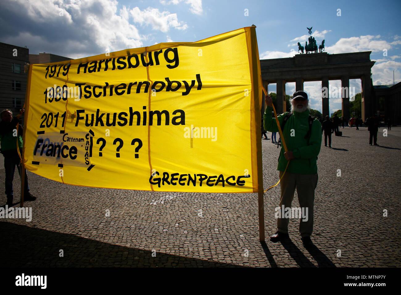 Protestaktion gegen die zivile Nuztung der Atomkraft von Greenpeace vor dem Brandenburger Tor, Mai 2018, Berlin. Stock Photo