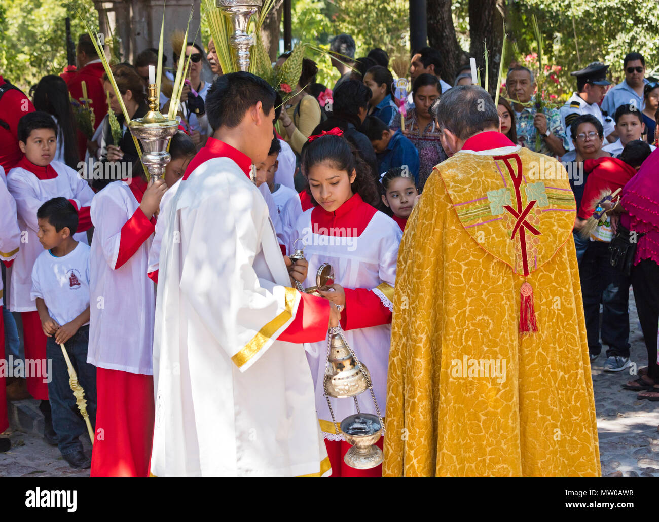 A CATHOLIC PRIEST talks with participants a the start of the PALM SUNDAY procession from Parque Juarez to the Jardin - SAN MIGUEL DE ALLENDE, MEXICO - Stock Image