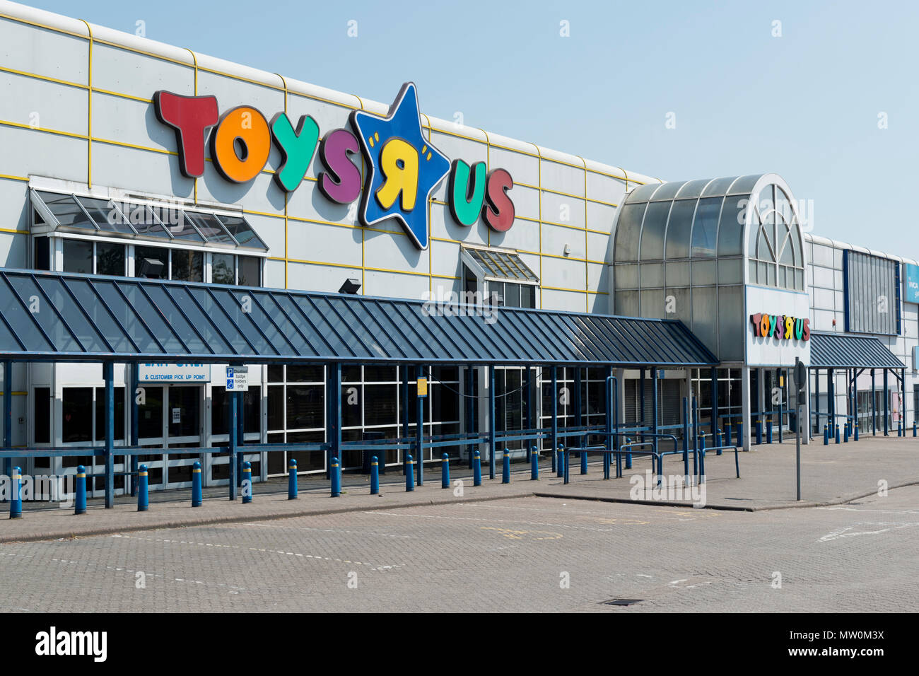 An empty unit at Central Retail Park off Great Ancoats Street in Manchester which has been vacated by the Toys R Us retailer. - Stock Image