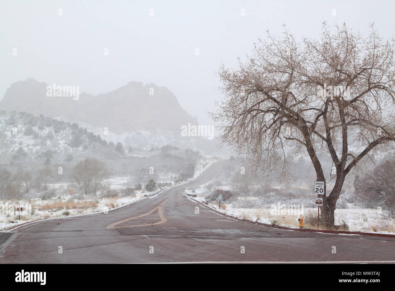 Entrance to Garden of the Gods park during a heavy spring snowstorm - Stock Image