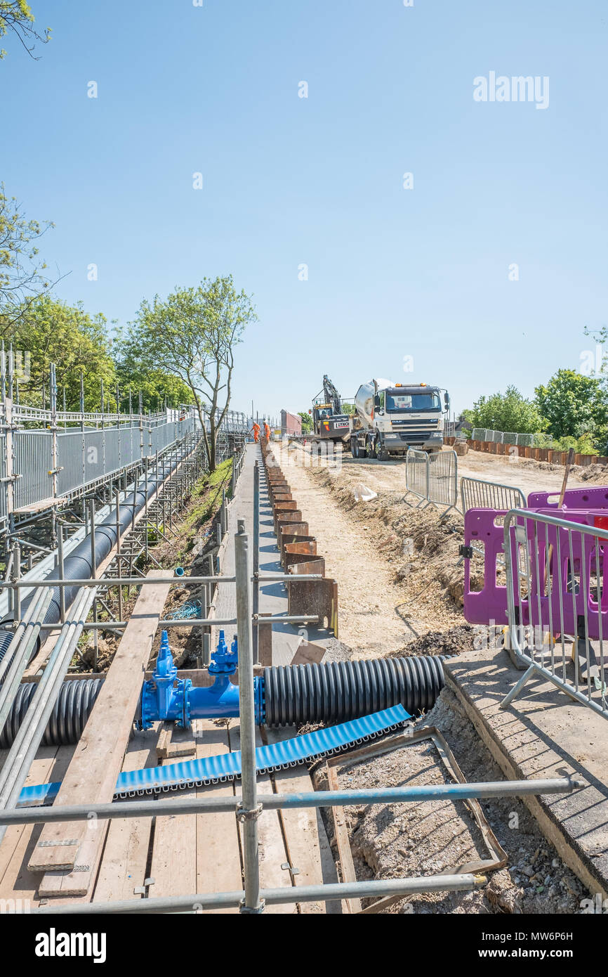 Work in progress, 15 may 2018, on the new road and bridge over the MML railway line at Cottingham Road, next to the railway station at Corby, England. - Stock Image