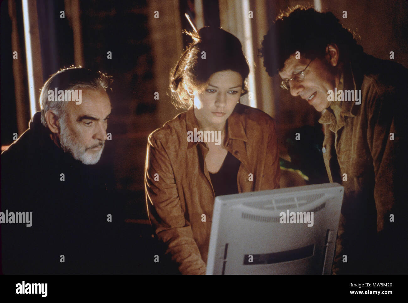 ENTRAPMENT 1999 20th Century Fox film with from left: Sean Connery, Catherine Zeta-Jones, Will Paton - Stock Image