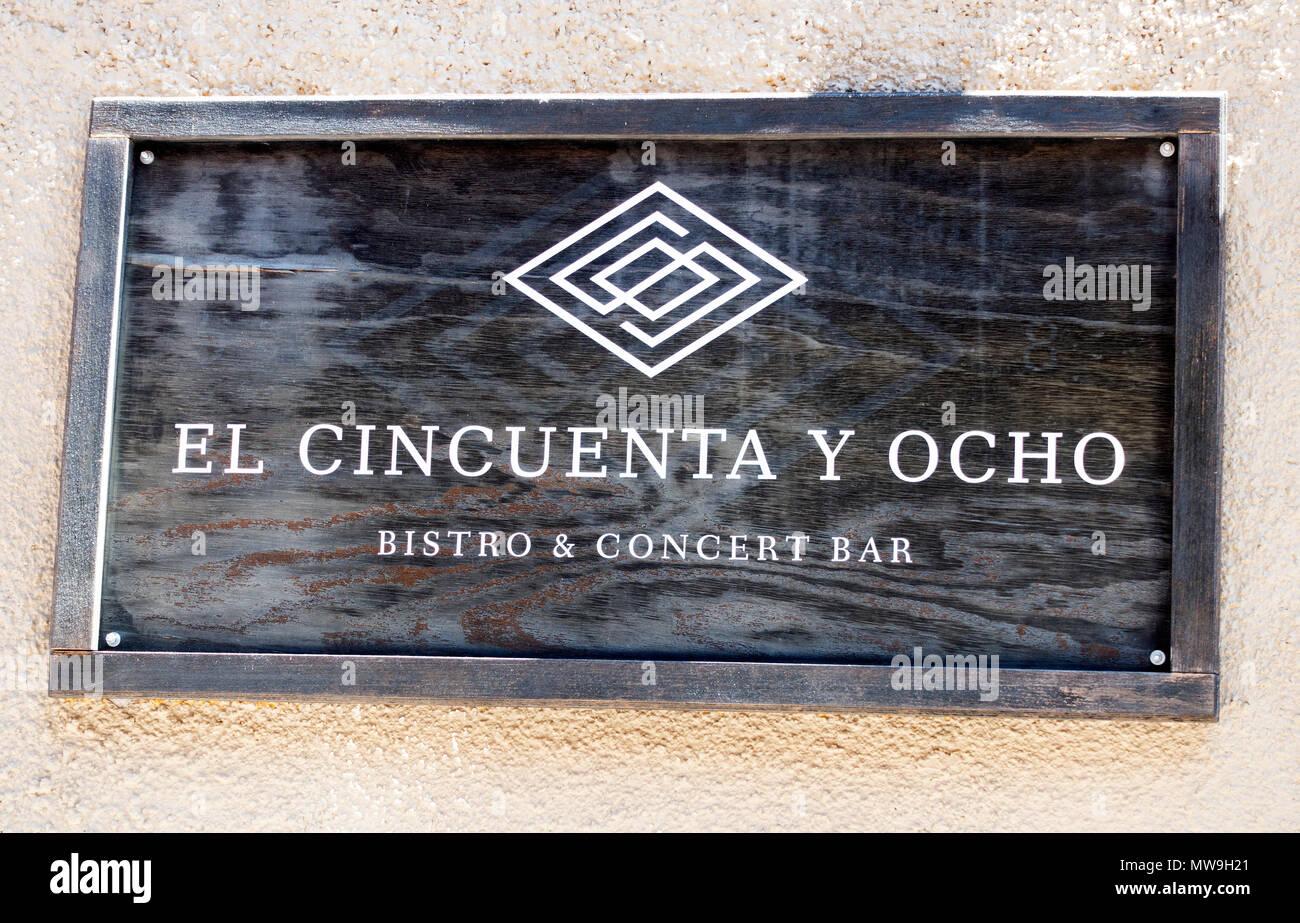 Sign outside El Cincuenta Y Ocho, a bistro and concert bar with live music in San Miguel de Allende - Stock Image